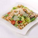 Salată Caesar se prepară foarte repede și este bogată în arome