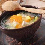 Supă de pui cu tăiței - ideală pentru detoxifierea organismului