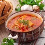 Varza cu carne este un preparat tradițional îndrăgit de români.